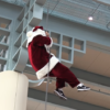 サンタを襲った悲劇。ロープ宙づりで観客唖然・・・。