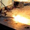 火花散らせながら金属を切断!熱ランスの威力が凄まじい!