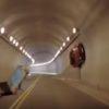 ベンツがトンネルの壁を走って一回転!CGを疑いたくなる驚きのスタント!
