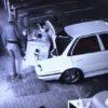監視カメラが捉えた犯行の瞬間!盗んだ金庫が大きすぎて車に積めない・・・。