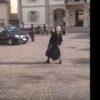 公衆の面前で鞭を振る修道女。パチンパチンさせまくる!