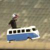 クレイジーすぎる!おもちゃの車でジャンプ台つきの垂直な坂を滑り落ちる!