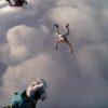 丸腰でスカイダイビング!?飛び降りる直前にパラシュートを投げ捨てる半裸男のクレイジーな挑戦!