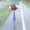 スーパーマンが横を通り過ぎる!?海外で流行中の自転車の新しい乗り方!
