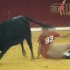 悲劇・・・。観客の前で闘牛に襲われ裸にされた男。