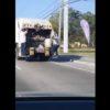 ゴミ回収車の後ろでノリノリな男性!走行中にもかかわらず、狭い足場で華麗なダンス!