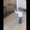 外国人の子供がフォースを使う!?自動ドアを開きながらキャッキャッしている様子が可愛い!