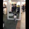 産まれて初めて鏡とご対面!不思議そうに鏡の前を行ったり来たりする男の子に癒される動画!
